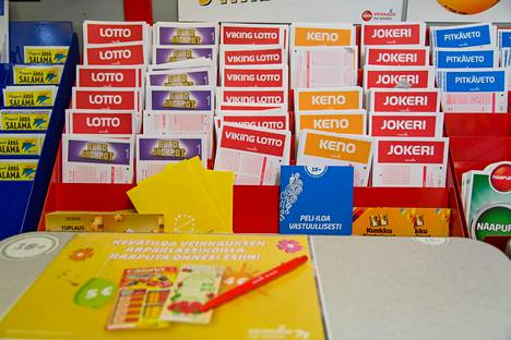 Veikkauksen pelejä pelataan muun muassa R-kioskeilla. Veikkauksen nyt ehdottamat muutokset koskevat urheiluvedonlyöntiä.