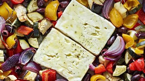 Peltiruoka paistuu kätevästi yhdessä astiassa, tämän välimerellisen kasvisruoan ohjeen löydät jutusta.