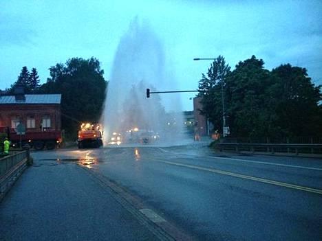 Vettä suihkusi runkolinjaputken rikkoduttua Koskelantien ja Hämeentien risteyksessä. Kuva on lukijan ottama.