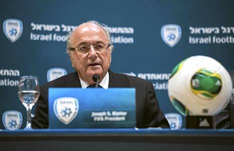 Sepp Blatterin mukaan Qatarin kesä on liian kuuma jalkapallolle.