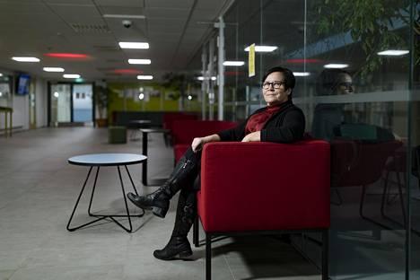 Helsingin lukio- ja ammattikoulun toimialajohtaja Arja Kukkonen Stadin ammattiopiston Prinsessantien tyhjässä aulassa. Koronaepidemia on siirtänyt opiskelijat etäopetukseen.