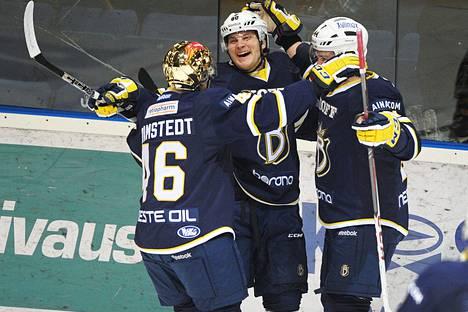 Bluesin kultakypärä Teemu Ramstedt ja Henri Laurila (oik.) riensivät onnittelemaan Bluesin avausmaalin tehnyttä Niko Niemistä, jonka mailasta lähti myös ottelun voitto-osuma.