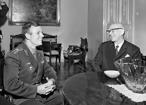 Juri Gagarin ja Suomen presidentti Urho Kekkonen keskustelivat Tamminiemessä 4. heinäkuuta 1961.