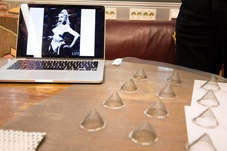 Monta mallia kokeiltiin, mutta paras sai muotonsa Madonnan rintaliiveistä.