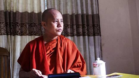 Buddhalainen munkki Wirathu antaa Myanmarin muslimivihalle kasvot. Uutistoimisto Reuters haastatteli häntä Yangonissa vuoden 2015 lokakuussa.
