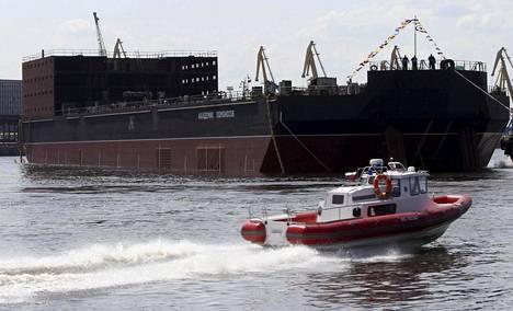 Ydinvoimalaitos Akademik Lomonosov työnnettiin vesille 30. kesäkuuta 2010 Pietarin edustalla.