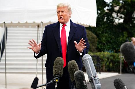 Presidentti Donald Trump puhui medialle Valkoisen talon puutarhassa ennen lähtöään New Orleansiin, jossa hän seurasi yliopistojalkapallon loppuottelua maanantai-iltana.
