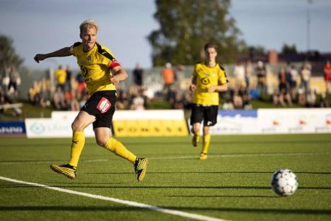 Kuopion Palloseuran Ville Saxman (vas.) laukoi joukkueensa voittomaalin aivan FC Lahtea vastaan pelatun ottelun loppuhetkillä. Kuva elokuun HJK-ottelusta.