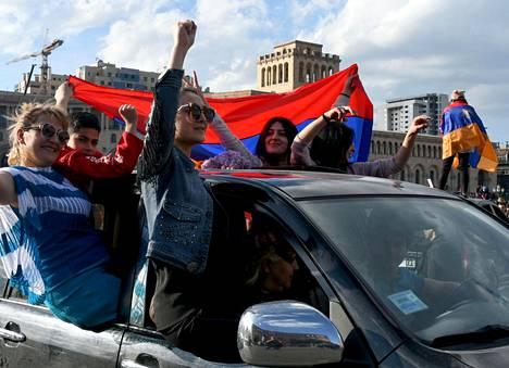 Jerevanin keskustassa juhlittiin maanantaina pääministerin eroa.