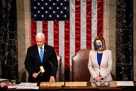 Varapresidentti Mike Pence ja edustajainhuoneen puhemies Nancy Pelosi keskiviikkona kongressissa.