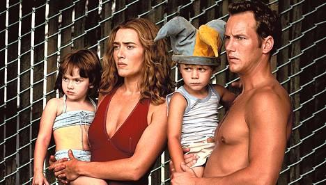 Tahoillaan naimisissa olevat Sarah ja Brad (Kate Winslet ja Patrick Wilson) rakastuvat leikkipuiston laidalla.