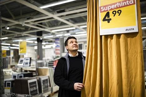 Rustan Suomen maajohtaja Tommy Dolivo sanoo, että kivijalkamyymälät säilyvät tärkeimpänä myyntikanavana niin kauan, kuin se antaa mahdollisuuden pitää hinnat alhaisina.