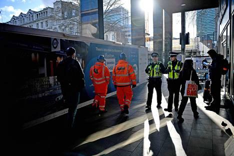Iso-Britannia alkaa rajoittaa heikon osaamistason työntekijöiden maahanmuuttoa. Iso osa Britanniassa työskentelevistä EU-kansalaisista on töissä rakennustyömailla tai tehtaissa. Kuvassa HS2-ratatyömaan rakennusmiehiä Lontoon Eustonissa helmikuun alussa.