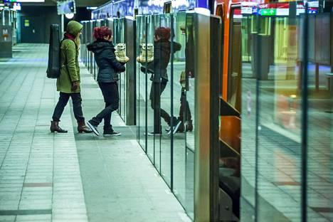 Vuosaaren metroasemalla testattiin metron automatisointiin liittyviä laituriovia lokakuussa 2014.