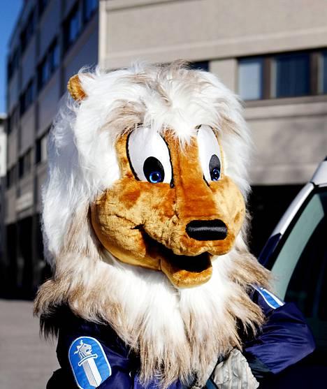 Poliisin uusin jäsen hymyilee, vaikka sitä kiskoisi parrasta.