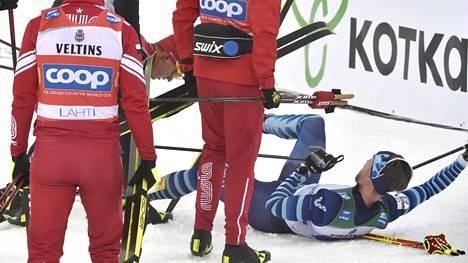 Joni Mäki makasi hangen pinnassa Aleksandr Bolšunovin taklauksen jäljiltä.