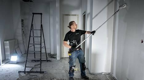 """Mestaritekijä-kisan voittanut Jonas Helenius on unelma-ammatissaan, """"rakastan tehdä töitä käsilläni""""."""