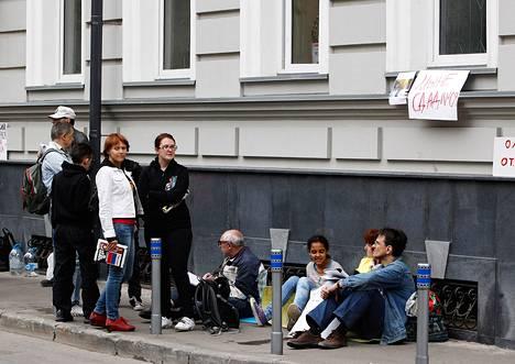 Poliisi tunkeutui venäläisen ihmisoikeusjärjestön toimitiloihin varhain tänä aamuna. Kuvassa järjestön kannattajia kadulla toimitilojen edustalla.