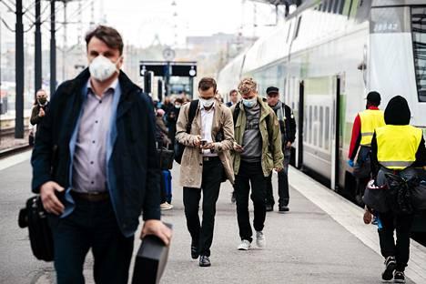 Moni käytti maskia noustessaan Vaasasta saapuvasta aamujunasta Helsingin rautatieasemalla 1. lokakuuta.