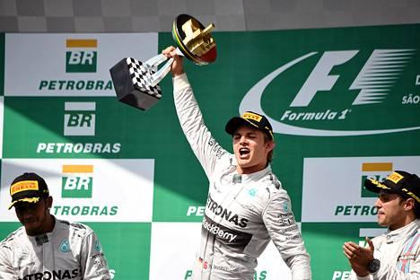Nico Rosberg juhli voittoa kauden toiseksi viimeisessä kisassa Sao Paulossa. Toiseksi sijoittunut Lewis Hamilton oli vasumpi.