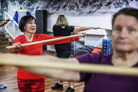 """74-vuotias Marja-Liisa Ylikarjula (vas.), 68-vuotias Ritva Leppänen ja 75-vuotias Nina Mäki-Petäys pitävät itsestään huolta. He käyvät Kampin kuntokeskus Fressissä Helsingissä useamman kerran viikossa. """"On pakko liikkua, jotta jaksaa"""", Mäki-Petäys sanoo. Ennen trainer work shopia he olivat pilatestunnilla."""