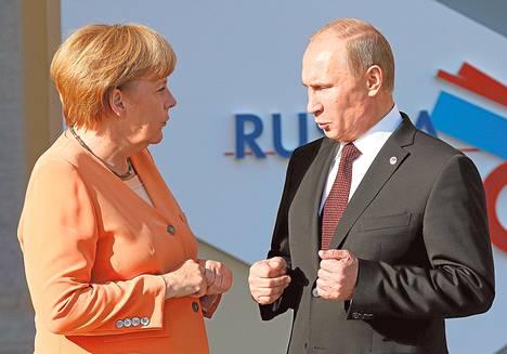 Ангела Меркель беседует с Владимиром Путиным в рамках встречи G20 в Стрельне в сентябре 2013 г.