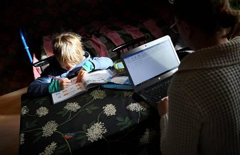 Myös etäkoulussa vastuu opetuksen järjestämisestä on opettajilla, ei vanhemmilla.