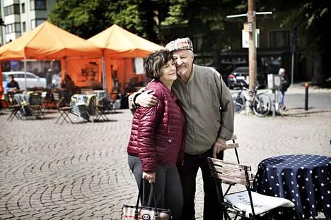 """Vaimonsa Maija von Fieandtin kanssa päivää viettänyt Timo Karvinen sanoo pohtivansa varallisuuttaan terveys edellä. Pariskunta vannoo säästeliäisyyden nimiin. """"Minulla on vuoden 1995 Audi, ja se on edelleen hyvä"""", Karvinen sanoo."""