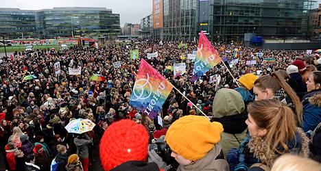 Ihmiset osoittivat mieltä tasa-arvoisen avioliittolain puolesta perjantaina.