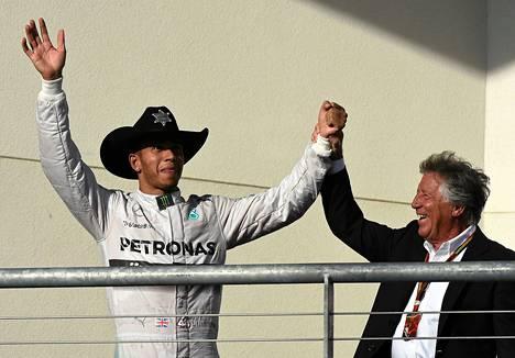 Lewis Hamilton ja aiempi F1-mestari Mario Andretti juhlivat sunnuntaina Austinissa brittikuljettajan komeaa voittoa.