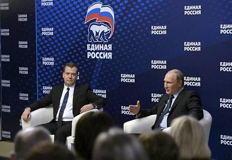 Pääministeri Dmitry Medvedev (vas.) ja presidentti Vladimir Putin tapasivat Yhtenäinen Venäjä -puolueen aktivisteja ja jäseniä Moskovassa lokuun alussa.