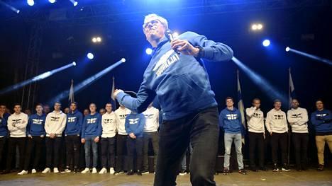Päävalmentaja Markku Kanerva laulatti yleisöä.