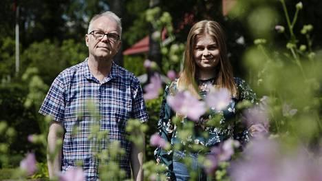 Helsingin yliopiston slaavilaisen filologian professori Jouko Lindstedt, 64, on perheineen asunut Lahdessa yli 20 vuotta. Hänen esikoistyttärensä Larissa Phileas, 24, asuu tätä nykyä Sveitsissä, jossa työskentelee päiväkodissa.