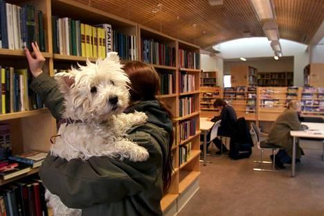 Eduskunnan apulaisoikeusasiamiehen mukaan Helsinki ei riko lakia salliessaan koirien tuomisen kirjastoon.