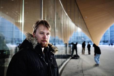 """Espoon Omniassa merkonomitutkintoa opiskeleva Niko Nyholm on havainnut, että opiskelijoita on pikemminkin tullut koronavuoden aikana lisää. """"Opintoryhmässäni ei kukaan ole keskeyttänyt"""", Nyholm sanoo."""