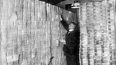 Saksan paperimarkkoja pankin kellarissa vuonna 1923, jolloin Weimarin tasavallassa jylläsi hyperinflaatio. Vuoden loppupuolella inflaatio saatiin kuriin valuuttauudistuksella.