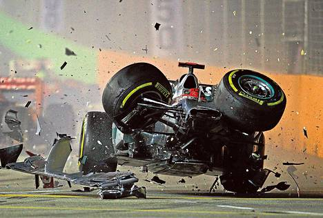 Saksan Michael Schumacherin ja Ranskan Jean-Éric Vergnen pelottavan näköinen kolari synnytti paljon romua Singaporen F1-kilpailussa 2012.