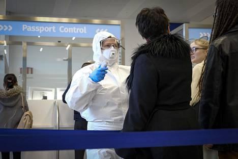 Triesten lentoaseman terveydenhoitohenkilökunta mittasi saapuvien lentomatkustajien ruumiinlämpöjä perjantaina.