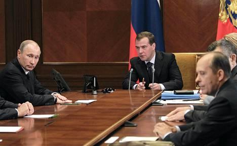 Venäjän presidentti Dmitry Medvedev tapasi pääministeri Putinin (vas.) ja turvallisuuspäällikkö Alexander Bortnikovin Moskovassa keskiviikkona.