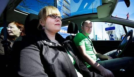 Kalle Vantasen autokunta matkaa kohti Jyväskylää. Kyydissä istui jo Alina Salonen, kun Pakilasta takapenkille nousi Rauni Tompuri. Lentokentältä haettiin mukaan vielä kolmas kyydittävä.