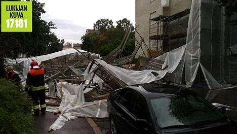 Rakennustelineet putosivat kadulle Lauttasaaressa.