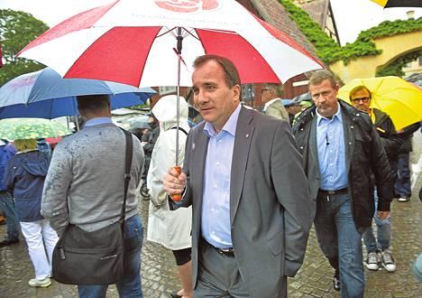 Sää ei suosinut sunnuntaina Almedalenissa puhunutta sosiaalidemokraattien puheenjohtaja Stefan Löfveniä. Kaatosade kasteli päivän mittaan Visbyn useita kertoja.