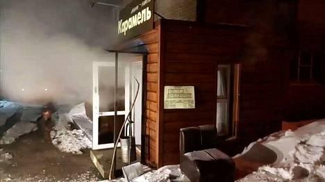 Höyry purkautuu ulos kuumavesiputken rikkouduttua kellarihotellissa Permin kaupungissa.