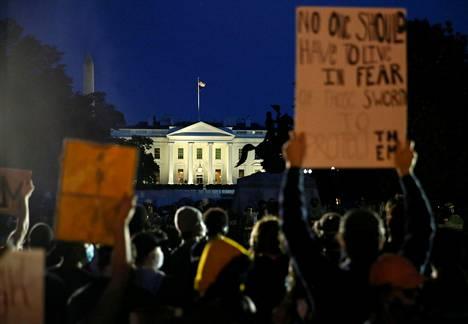 Mielenosoittajia Valkoisen talon lähettyvillä Washingtonissa 31. toukokuuta.
