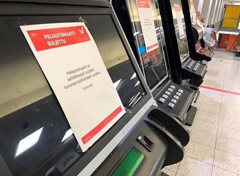 Veikkauksen pelikoneet ovat suljettu koronaviruksen leviämisen estämiseksi Helsingin Postitalon K-Marketin aulassa.