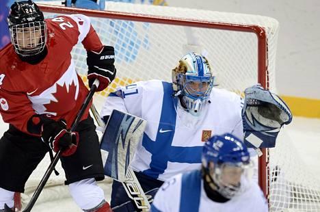 Maalivahti Noora Räty piti pitkään Suomea pystyssä Kanadaa vastaan.