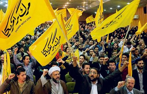 Äärikonservatiivisen Basij-miliisin jäsenet osoittivat mieltään Yhdysvaltojen entisessä Teheranin-suurlähetystössä marraskuun alussa.
