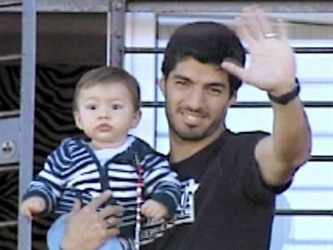 Luis Suárez vilkutti faneille poikansa kanssa kotitalonsa parvekkeelta perjantaina.