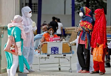 Potilaat odottivat sairaalapaikkaa sairaalan ulkopuolella Intian Ahmedabadissa viime viikon keskiviikkona. Tartuntojen levitessä sairaalat ovat täyttyneet.