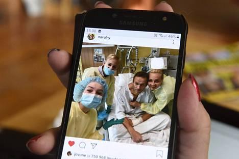 Aleksei Navalnyi julkaisi tiistaina sairaalasta kuvan kertoen, että hän pystyy jo hengittämään itse.